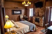 Hotel La Gare - Chambre #206 - Clint Eastwood: Lit queen avec foyer